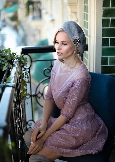 Розовое кружевное платье короткое